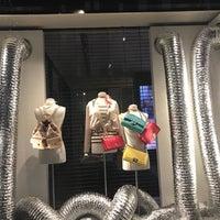 Foto tirada no(a) CHANEL Boutique por Geraldine V. em 1/30/2017