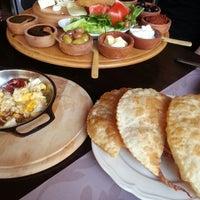 Foto diambil di La Vraie Ambiance Cafe & Restaurant oleh Senay Y. pada 3/19/2013