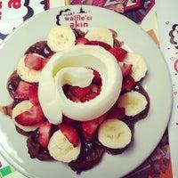 3/27/2013 tarihinde Merve D.ziyaretçi tarafından Waffle'cı Akın'de çekilen fotoğraf