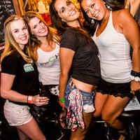 Das Foto wurde bei Mahoney's Pub & Grille von Rush and Division am 8/1/2013 aufgenommen