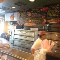 2/4/2013 tarihinde Blauer serious Pro! B.ziyaretçi tarafından Pizza Girls WPB'de çekilen fotoğraf