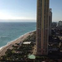 1/8/2013 tarihinde Viktoria R.ziyaretçi tarafından Trump International Beach Resort'de çekilen fotoğraf