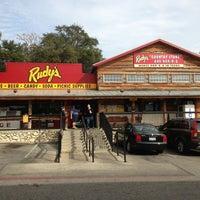 Foto tomada en Rudy's Country Store & Bar-B-Q por Justin R. el 12/29/2012