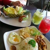 Das Foto wurde bei De Pauh Garden Restaurant & Cafe von Madihah M. am 12/8/2012 aufgenommen