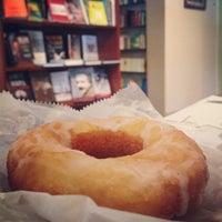 7/25/2013 tarihinde Christian H.ziyaretçi tarafından Roebling Point Books & Coffee'de çekilen fotoğraf