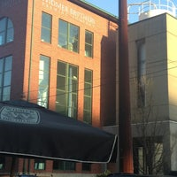 3/31/2013 tarihinde Aaron B.ziyaretçi tarafından Widmer Brothers Brewing Company'de çekilen fotoğraf
