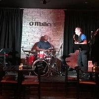 Foto scattata a O'Malley's Bar & Grill da Greg P. il 7/21/2017