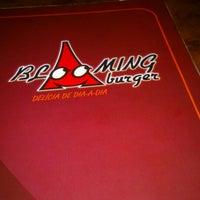 Das Foto wurde bei Blooming Burger von Luciene S. am 2/16/2013 aufgenommen