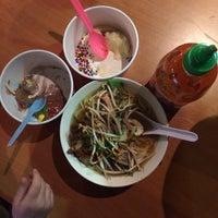 Photo prise au Toppings and More: Noodle Bar & Frozen Yogurt par nikki le2/19/2014