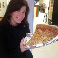 รูปภาพถ่ายที่ Jumbo Slice Pizza โดย Christine L. เมื่อ 2/23/2013