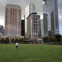 รูปภาพถ่ายที่ Discovery Green โดย Erik V. เมื่อ 7/9/2013