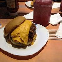 Снимок сделан в V8 Burger & Beer пользователем Naiara d. 2/20/2014