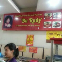 "11/21/2012 tarihinde Yunita L.ziyaretçi tarafından Depot Madiun Masakan Khas ""Bu Rudy""'de çekilen fotoğraf"
