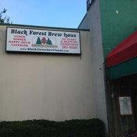Foto tomada en Black Forest Brew Haus por M. F. el 6/26/2013