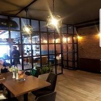 Foto tirada no(a) Bricks Coffee & Bistro por Burcu T. em 4/23/2019