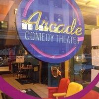รูปภาพถ่ายที่ Arcade Comedy Theater โดย Aaron K. เมื่อ 10/15/2013