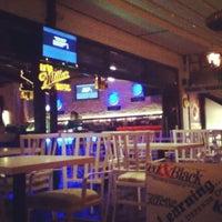 Photo prise au M Pub & Lounge par Begüm Ü. le1/8/2013