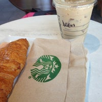 Foto tomada en Starbucks por Alexa G. el 2/8/2013