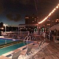 Das Foto wurde bei Shooters Waterfront von Carlos V. am 12/14/2012 aufgenommen
