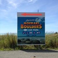 Foto tomada en Moeraki Boulders por Standard A. el 12/19/2012