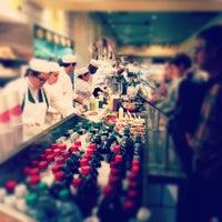 Das Foto wurde bei eatZi's Market & Bakery von Niki S. am 12/9/2012 aufgenommen