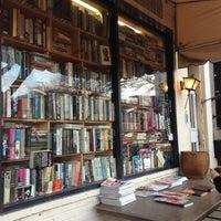 Photo prise au Capitol Hill Books par Jie Y. le12/28/2012