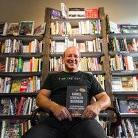 10/10/2017 tarihinde Roebling Point Books & Coffeeziyaretçi tarafından Roebling Point Books & Coffee'de çekilen fotoğraf
