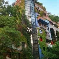 Das Foto wurde bei Hundertwasserhaus von atıf am 7/7/2013 aufgenommen
