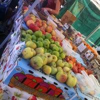10/27/2013 tarihinde Romy S.ziyaretçi tarafından Studio City Farmers Market'de çekilen fotoğraf