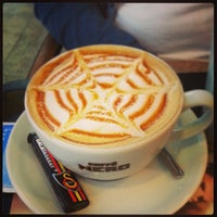 5/17/2013 tarihinde Doğakanziyaretçi tarafından Caffè Nero'de çekilen fotoğraf