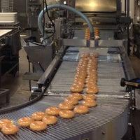 Das Foto wurde bei Krispy Kreme Doughnuts von Justin D. am 9/12/2013 aufgenommen