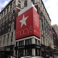 รูปภาพถ่ายที่ Macy's โดย Vladyslav B. เมื่อ 5/6/2013