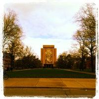 Foto diambil di Hesburgh Library oleh Kristin K. pada 11/2/2012