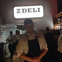 Foto tirada no(a) Z Deli Sandwich Shop por Cris S. em 8/9/2014