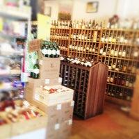 6/20/2013 tarihinde Hilaryziyaretçi tarafından Larchmont Village Wine & Cheese'de çekilen fotoğraf