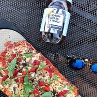 รูปภาพถ่ายที่ &pizza โดย Bruno Z. เมื่อ 9/29/2017