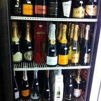 Foto scattata a Irving Wine and Spirits da Jesse C. il 12/19/2012