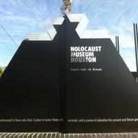 Foto scattata a Holocaust Museum Houston da Dwight L. il 12/24/2012
