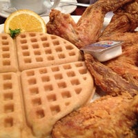 Photo prise au Gladys Knight's Signature Chicken & Waffles par aimee c. le12/29/2012