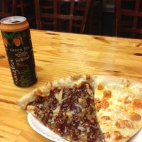 Foto tomada en Ian's Pizza por Tyler W. el 6/20/2013