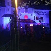 10/6/2013 tarihinde Candice M.ziyaretçi tarafından Mysterious Mansion'de çekilen fotoğraf