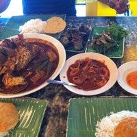 Foto scattata a Restoran Kari Kepala Ikan SG da Tengku E. il 5/12/2013