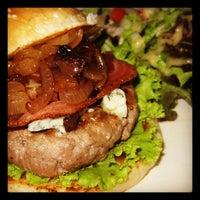 Photo prise au Crave restaurant and lounge par Valerie P. le12/29/2012