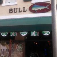 Foto diambil di Bull Bar oleh Naima L. pada 3/17/2013