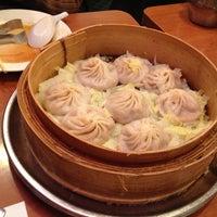 Снимок сделан в Joe's Shanghai 鹿嗚春 пользователем Kevin J. 12/29/2012