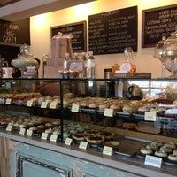 Photo prise au Bird Bakery par Amy C. le12/29/2012