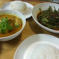 Foto tomada en Makan Malaysian Cafe por 🎀 el 7/22/2013