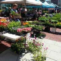 Foto tomada en 14th and U Farmer's Market por Anna J. el 6/15/2013