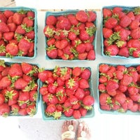 Foto tomada en 14th and U Farmer's Market por Anna J. el 6/1/2013