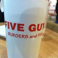 Foto tirada no(a) Five Guys por Andrew D. em 1/24/2013